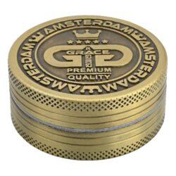 Drtič tabáku Grace Glass Amsterdam kovový, 50mm-Kovový drtič tabáku Grace Glass. Atraktivní dvoudílná drtička na tabák je precizně vyrobena CNC technologií. Jemně broušený povrch drtiče v metalických odstínech doplňuje víčko s gravírovaným logem Grace Glass. Drtič je magneticky uzavíratelný. Kvalitní a ostře broušené zuby drtičky ve tvaru diamantu zajistí rychlé nadrcení vaši směs do požadované kvality. Rozměry: průměr 50mm, výška 24mm. Drtič je dodávaný v kartonové krabičce.