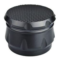 Drtič tabáku Dreamliner ALU černý, 62mm-Kovový drtič tabáku Dreamliner ALU. Masivní čtyřdílná drtička se závitem, sítkem a zásobníkem na tabák je vyrobena z kvalitního hliníku CNC technologií. Povrch je upraven eloxováním v matném černém provedení. Jednotlivé díly drtičky jsou pevně spojené na závit, víčko s hrubou texturou je na magnet. Precizně broušené ostří zubů velmi jemně nadrtí vaší směs. Rozměry: průměr 62mm, výška 45mm.
