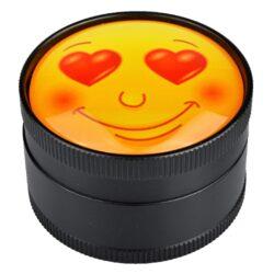 Drtič tabáku Dreamliner kovový Smiley, 50mm-Kovový drtič tabáku Dreamliner Smiley. Těžší třídílná drtička se závitem, sítkem a zásobníkem na tabák je kvalitně vyrobena CNC technologií. Hladký povrch je v černém polomatném provedení. Víčko je zdobené motivem pod vypouklým sklem. Jednotlivé díly drtičky jsou pevně spojené na závit, víčko je na magnet. Precizně broušené ostří nožů, které jsou ve tvaru diamantu, velmi jemně nadrtí vaší směs. Rozměry: průměr 50mm, výška 37mm.
