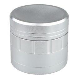 Drtič tabáku Dreamliner ALU Chrome, 50mm-Kovový drtič tabáku Dreamliner ALU Chrome. Kvalitní čtyřdílná drtička se závitem, sítkem a zásobníkem na tabák je vyrobena z kvalitního hliníku CNC technologií. Povrch je upraven eloxováním v broušeném matném chromovém provedení. Jednotlivé díly drtičky jsou pevně spojené na závit, víčko je na magnet. Precizně broušené ostří nožů, které jsou ve tvaru jehlanů, velmi jemně nadrtí vaší směs. Rozměry: průměr 50mm, výška 47mm.