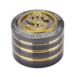 Drtič na tabák Champ High Dollar kovový 50mm-Atraktivní kovový drtič na tabák Champ High Dollar. Kvalitní čtyřdílná drtička se závitem, sítkem a zásobníkem na tabák je precizně vyrobena CNC technologií. Hladký lesklý povrch je v gunmetalovém provedení s kombinací zlatých prvků. Magneticky uzavíratelné víčko drtičky je zdobené velkým 3D znakem dolaru s broušenými kamínky. Ostře broušené zuby ve tvarů diamantů velmi jemně nadrtí vaší směs do potřebné hrubosti. Rozměry: průměr 50mm, výška 38mm. Drtič je dodávaný v dárkové krabičce.