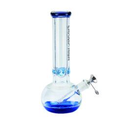 Skleněný bong Champ High Blue 30cm-Kvalitní skleněný bong Champ High Blue. Moderní čirý ice bong s prvky v modrém tónu je zdobený na čelní straně logem Champ High. Bong je vybavený výstupky pro udržení kostek ledu k ochlazení kouře. Masivní bong je ukončený silným náustkem. Oproti standardním bongům je tento prémiový bong vyrobený z borosilikátového skla tloušťky 8 mm. Skleněný chillum s kovovým kotlíkem je zakončený difuzérem.  Výška: 30 cm Vnitřní průměr bongu: 3,5 cm Průměr hrdla: 6,3 cm Socket chillumu/kotlíku: 18,8 mm/14,5 mm Materiál: sklo