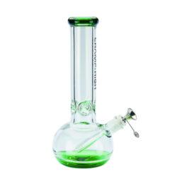 Skleněný bong Champ High Green 30cm-Kvalitní skleněný bong Champ High Green. Moderní čirý ice bong s prvky v zeleném tónu je zdobený na čelní straně logem Champ High. Bong je vybavený výstupky pro udržení kostek ledu k ochlazení kouře. Masivní bong je ukončený silným náustkem. Oproti standardním bongům je tento prémiový bong vyrobený z borosilikátového skla tloušťky 8 mm. Skleněný chillum s kovovým kotlíkem je zakončený difuzérem.  Výška: 30 cm Vnitřní průměr bongu: 3,5 cm Průměr hrdla: 6,3 cm Socket chillumu/kotlíku: 18,8 mm/14,5 mm Materiál: sklo