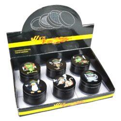 Drtič tabáku kovový WildFire Animals 50mm, 6mix-Kovový drtič tabáku WildFire Animals. Čtyřdílná drtička se závitem, sítkem a zásobníkem na tabák je vyrobena CNC technologií. Drtiče je v černém polomatném provedení s jemně broušeným povrchem. Magneticky uzavíratelné víčko drtičky je zdobené tištěným motivem zvířat. Ostře broušené zuby ve tvarů diamantů velmi jemně nadrtí vaší směs do potřebné hrubosti. Rozměry: průměr 50mm, výška 37mm. Cena je uvedena za 1 ks. Před odesláním objednávky uveďte číslo barevného provedení do poznámky.