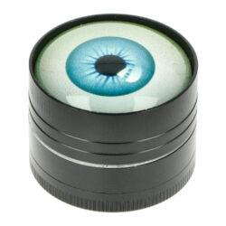 Drtič tabáku kovový Eyes, 40mm-Kovový drtič tabáku Eyes. Třídílná drtička se závitem, sítkem a zásobníkem na tabák je vyrobena CNC technologií. Drtička je v černém polomatném provedení s jemně broušeným povrchem. Magneticky uzavíratelné víčko drtičky je zdobené barevným motivem oka pod sklem. Ostře broušené zuby ve tvarů diamantů velmi jemně nadrtí vaší směs do potřebné hrubosti. Rozměry: průměr 40mm, výška 33mm. Cena je uvedena za 1 ks. Před odesláním objednávky uveďte číslo barevného provedení do poznámky.