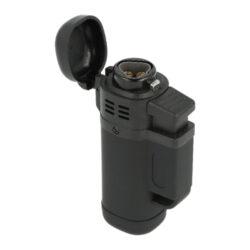 Doutníkový zapalovač Eurojet Triple Jet-Doutníkový zapalovač Eurojet Triple Jet. Tryskový zapalovač na doutníky v černém provedení s pogumovaným matným povrchem. Stisknutím tlačítka dojde odklopení krytu a k zapálení tří trysek, které vytvoří silný plamen pro zapálení Vašeho oblíbeného doutníku. Ve spodní části je umístěn plynový plnící ventil, regulaci intenzity plamene najdete na boční straně. Tryskový zapalovač je vhodný nejen k zapálení doutníků, ale také k zapálení uhlíků do vodní dýmky, krbů nebo grilů. Zapalovač je dodávaný v krabičce. Rozměry zapalovače 8,1x3,9x2,6cm.