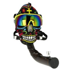 Akrylový bong Maska Super Heroes černý-Akrylový bong Maska Super Heroes. Plastový zalomený bong vsazený do masky s brýlemi v atraktivním barevném provedení. Maska má nastavitelný hlavový upínací mechanismus, který zajistí správné dosednutí. Bong z tvrzeného plastu je vybavený dvojdílným kovovým kotlíkem. Průměr otvoru v plastové části masky pro nasazení plastového bongu je 3,8 cm. Bong je dodávaný v textilním stahovacím pytlíku.  Délka zalomeného bongu: 26 cm Vnější průměr bongu: 3,85 cm Vnitřní průměr bongu: 3,4 cm Socket kovového chillumu: 10 mm Průměr sítka(není součástí balení): 15mm Materiál bongu: akryl
