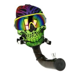 Akrylový bong Maska Super Heroes zelený-Akrylový bong Maska Super Heroes. Plastový zalomený bong vsazený do masky s brýlemi v atraktivním barevném provedení. Maska má nastavitelný hlavový upínací mechanismus, který zajistí správné dosednutí. Bong z tvrzeného plastu je vybavený dvojdílným kovovým kotlíkem. Průměr otvoru v plastové části masky pro nasazení plastového bongu je 3,8 cm. Bong je dodávaný v textilním stahovacím pytlíku.  Délka zalomeného bongu: 26 cm Vnější průměr bongu: 3,85 cm Vnitřní průměr bongu: 3,4 cm Socket kovového chillumu: 10 mm Průměr sítka(není součástí balení): 15mm Materiál bongu: akryl