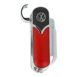 Tryskový zapalovač Champ VW Tools-Tryskový zapalovač Champ VW Tools. Originální turbo zapalovač v atraktivním chromovém provedení s barevnými prvky je zdobený logem VW. Kovový zapalovač je vybavený praktickým vyklápěcím nožíkem, pilníkem a nůžkami. Po odklopení horního krytu a stisknutí bočního tlačítka dojde k zapálení jedné trysky. Na spodní straně najdeme nastavení intenzity plamene, plnící ventil plynu a očko k zavěšení. Zapalovač je dodávaný v krabičce. Rozměry: 5,8x2,4x2,3cm. Cena je uvedená za 1 ks. Před odesláním objednávky uveďte číslo barevného provedení do poznámky.