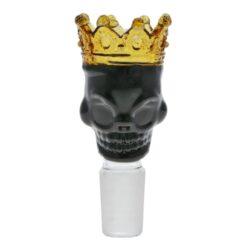 Náhradní kotlík do bongu Grace Glass Skull 18,8mm-Náhradní skleněný kotlík do bongu Skull. Atraktivní skleněný kotlík Grace Glass je zhotovený ve tvaru lebky s korunkou v černo zlatém provedení. Kotlík je vyrobený z kvalitního žáruodolného borosilikátového skla. Tento kotlík je vhodný pro všechny chillumy ukončené socketem pro zasunutí s vnitřním průměrem 18,8 mm. Cena je uvedena za jedno prodejní balení.  Prodejní balení: 1 ks  Socket kotlíku: 18,8 mm  Celková výška: 90 mm Vnitřní průměry kotlíku: 16/24 mm Vnější průměr kotlíku: 40 mm