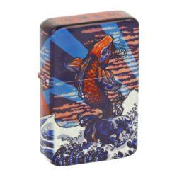 Benzínový zapalovač Angel Mountain, box-Benzínový zapalovač Angel Mountain. Zapalovač s povrchem potištěným barevným motivem hor a ryby v matném provedení. Benzínový zapalovač je dodáván v dárkovém boxu a bez náplně. Rozměry zapalovače 5,8x3,9x1,3cm.