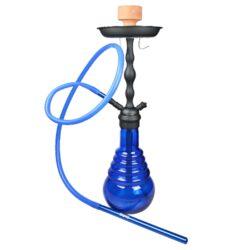 Vodní dýmka Faro Core Blue, 70cm-Vodní dýmka Faro Core Blue je vysoká 70 cm. Velká atraktivní vodní dýmka s matným černým kovovým tělem a lesklou tmavě modrou masivní tvarovanou vázou. Vodní dýmka je vybavena jedním výstupem pro šlauch, který je ukončený dvoudílným šroubovacím náustkem. Tělo dýmky je s vázou pevně spojeno závitem. Pod talířkem najdeme praktický držák šlauchu. V obsahu balení najdete jeden silikonový šlauch s dlouhým kovovým náustkem a adaptérem pro připojení, kovový talířek, kleštičky na uhlí, držák šlauchu a keramickou korunku. Vodní dýmka Faro Core je dodávána v kartonové krabici.  Vnitřní průměr korunky pro nasazení: 2,5 cm Délka/vnitřní průměr hadice: 155 cm/1,1 cm Délka náustku/vnější průměr pro nasazení hadice: 28,5 cm/1,3 cm Průměr talířku: 19,5 cm