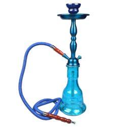 Vodní dýmka Kev modrá 55cm-Vodní dýmka Kev je vysoká 55 cm. Vodní dýmku s tělem v modrém metalickém provedení doplňuje váza ve světlejším modrém tónu. Vodní dýmka je vybavena jedním výstupem pro šlauch. Tělo dýmky se upevňuje nasunutím na vázu s použitím přiloženého gumového těsnění. V obsahu balení najdete jeden šlauch s náustkem a adaptérem pro připojení, kovový talířek, kleštičky na uhlí a keramickou korunku. Vodní dýmka Kev je dodávána v kartonové krabici.  Vnitřní průměr korunky pro nasazení: 2 cm Délka hadice včetně náustku: 145 cm Délka náustku: 13 cm Průměr talířku: 13 cm Průměr vstupu pro hadici - adaptér: 1,2 cm