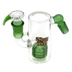 Precooler Thug Life Green 11cm, 18,8mm-Skleněný precooler Thug Life Green pro bongy se socketem 18,8 mm. Precooler pro bong ve tvaru tuby slouží jako předchlazení a současně jako filtr zachytávající nečistoty. Transparentní precooler se zelenými prvky a zlatým logem Thug Life je vybavený účinnou perkolací Matrix, která kouř probublává a ochlazuje. Precooler není přímo umístěn v bongu, ani se do něj nevkládá. Připojí se zasunutím do socketu chillumu místo kotlíku a naplní cca do 1/3 vodou. Poté se do horní části zasune kotlík a precooler je připravený. Precooler Thug Life vyrobený z tepelně odolného borosilikátového skla je dodávaný s kotlíkem.  Socket precooleru: 18,8 mm Socket pro kotlík: 18,8 mm Celková výška precooleru vč./bez kotlíku: 120 mm/110 mm Průměr precooleru: 50 mm Průměr sítka do kotlíku: 15 mm Perkolace: 1x Matrix