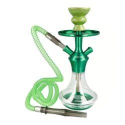 Vodní dýmka Kaya El Keyif Green AC 330 32cm-Vodní dýmka Kaya El Keyif Green AC 330 je vysoká 32 cm. Jednošlauchová vodní dýmka v zeleném tónu a akrylovou transparentní vázou. Ocelové tělo a talířek je v lesklém metalické provedení. Vodní dýmka Kaya El Keyif je dodávaná s jedním plastovým šlauchem, který je ukončený akrylovým náustkem. Tělo dýmky se upevňuje nasunutím na vázu s použitím přiloženého gumového těsnění. V obsahu balení najdete: ocelové tělo dýmky, akrylovou vázu, hadici s náustkem a konektorem pro připojení, keramickou korunku, potřebné těsnění, talířek, kleště na uhlíky a čistící kartáč. Vodní dýmku dodáváme v kartonové krabici.  Celková výška vodní dýmky/vázy: 32 cm/ 14 cm Vnitřní průměr korunky pro nasazení: 2,5 cm Délka hadice včetně náustku a konektoru pro připojení: 170 cm Průměr vstupu pro hadici: 1,2 - 1,7 cm Průměr talířku: 13 cm
