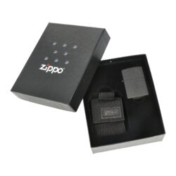 Dárková sada Zippo Black Crackle + Black Pouch-Dárková sada Zippo Black Crackle + Black Pouch obsahuje zapalovač Zippo s kapsičkou. V atraktivním dárkovém setu najdete benzínový zapalovač Zippo v provedení Black Crackle s jemně texturovaným povrchem a praktickou černou kapsičku na zapalovač Zippo. Kapsička je vyrobená z pevné vojenské speciální látky, díky které je velmi odolná. Uzavíraní kapsičky je řešené suchým zipem. Na zadní straně nejdeme pevné látkové poutko na patent, díky kterému je možné kapsičku připnout k pásku. Dodávaný zapalovač v sadě není naplněn benzínem. Originální příslušenství benzín Zippo, kamínky, knoty a vata do zapalovače Zippo, zajistí správné fungování benzínové zapalovače. Na mechanické závady zapalovače poskytuje Zippo doživotní záruku. Tuto záruku můžete uplatnit přímo u nás. Zapalovače jsou vyrobené v USA, Original Zippo® Bradford. Celkové vnější rozměry kapsičky: 7x5,3x2,5cm.