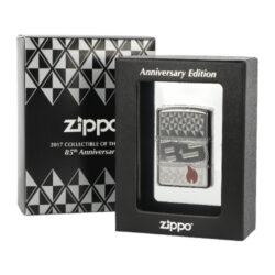 Zapalovač 22022 Zippo 85th Anniversary Collectible-Benzínový zapalovač 22022 Zippo 85th Anniversary Collectible se sériovým číslem 07881. Zippo zapalovač ze sběratelské výroční limitované edice 2017, která byla vydaná u příležitosti oslavy 85 let od založení společnosti Zippo. Zapalovač řady Armor je v leštěném chromovém provedení s povrchem bohatě zdobeným gravírovaným diamantovým vzorem. Dále na přední straně najdeme červený plamen tvořený epoxidovou vrstvou a na zadní logo Zippo s datem založení a výročí. Schránka zapalovačů řady Armor je vyráběná z 1,5x silnějšího kovu, než je běžné u klasických zapalovačů Zippo. Díky tomuto je možné použít speciální metody zdobení s variabilní hloubkou a tím vytvořit velmi výrazný reliéf. Tato řada tak nabízí velmi luxusní a jedinečné vzory, které jsou tvořené propracovanou 360° technologií MultiCut. Jako každý sběratelský zapalovač Zippo z limitované edice má na straně vygravírované své sériové číslo. K tomuto výročí bylo vyrobeno celkem 17 tisíc zapalovačů. Zapalovač je dodávaný v originální výstavní krabičce s logem, která byla poprvé použita pro tento výroční model. Zapalovač je zasazený do průhledného plastového obalu a působí, jako by levitoval. Zapalovače Zippo nejsou při dodání naplněné benzínem. Originální příslušenství benzín Zippo, kamínky, knoty a vata do zapalovače Zippo, zajistí správné fungování benzínové zapalovače. Na mechanické závady zapalovače poskytuje Zippo doživotní záruku. Tuto záruku můžete uplatnit přímo u nás. Zapalovače jsou vyrobené v USA, Original Zippo® Bradford.
