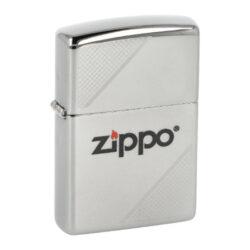 Zapalovač Zippo 250 Zippo Corners, leštěný-Benzínový zapalovač Zippo 250 Zippo Corners. Kvalitní zapalovač Zippo v leštěném chromovém provedení má přední stranu v horním a spodním rohu zdobenou jemným gravírovaným motivem. Uprostřed najdeme barevné tištěné logo Zippo. Zapalovač je dodávaný v originální krabičce s logem. Zapalovače Zippo nejsou při dodání naplněné benzínem. Originální příslušenství benzín Zippo, kamínky, knoty a vata do zapalovače Zippo, zajistí správné fungování benzínové zapalovače. Na mechanické závady zapalovače poskytuje Zippo doživotní záruku. Tuto záruku můžete uplatnit přímo u nás. Zapalovače jsou vyrobené v USA, Original Zippo® Bradford.