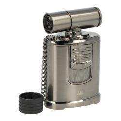 Doutníkový zapalovač Winjet Table Jet-Stolní doutníkový zapalovač Winjet Table Jet s doutníkovým příslušenstvím. Kovový tryskový zapalovač je vhodný nejen k zapálení doutníků, ale také jako zapalovač na podpalování krbů, grilů nebo uhlíků do vodní dýmky. V případě potřeby můžete díky otočnému ramenu s tryskami plamen nasměrovat, kam potřebujete. Prostor trysek je chráněn odnímatelným plastovým krytem na řetízku. Turbo zapalovač s povrchem v lesklém gunmetalovém provedení je na čelní straně zdobený logem Winjet, nad kterým je umístěné velké tlačítko pro zapálení. Pohybem dolů se čtyři trysky zapálí a vznikne silný plamen, kterým si dokonale doutník připálíte. Po odklopení spodního krytu najdeme integrovaný vyštípávač doutníků s průměrem 8 mm spolu s plnícím ventilem plynu a regulací intenzity plamene. Stolní zapalovač je dodávaný v dárkové krabičce. Rozměry zapalovače: 9,5x6,2x3,7 cm.