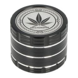 Drtič tabáku kovový Amsterdam Black, 4.díl., 50mm-Kovový drtič tabáku Amsterdam Black. Atraktivní čtyřdílná drtička se závitem, sítkem a zásobníkem na tabák je vyrobena z kvalitního hliníku CNC technologií. Kvalitně zpracovaný povrch s jemným drážkováním v černém lesklém provedení je upraven eloxováním. Horní strana víčka je zdobená logem Amsterdam. Jednotlivé díly drtičky na tabák jsou pevně spojené na závit, víčko je na magnet. Precizně broušené ostří nožů velmi jemně nadrtí vaši směs do požadované hrubosti. Drtič tabáku Amsterdam je dodávaný v kartonové krabičce.  Průměr drtiče: 50 mm Výška drtiče: 40 mm