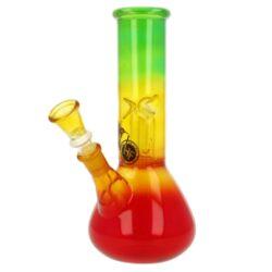 Skleněný bong s perkolací Conic RYG perc., 20cm-Menší skleněný bong s perkolací Conic RYG. Rovný bong v trojbarevném transparentním provedení zdobený logem je ukončený slabším hrdlem. Ice bong je vybavený výstupky pro udržení kostek ledu k ochlazení kouře a perkolací Dome, která kouř rozdělí a tím ještě více pomůže ochladit. Oproti standardním bongům je tento prémiový bong vyrobený z tepelně odolného borosilikátového skla tloušťky 2,5 mm. Jednodílný chillum bongu je ukončený nalisovaným kotlíkem s malým otvorem pro kouř (cca 4 mm).  Výška: 20 cm Vnitřní průměr bongu: 3,5 cm Vnější průměr bongu: 4 cm Průměr hrdla: 4,7 cm Socket (zábrus) chillumu: 14,5 mm Max. délka chillumu (měřeno od dosedací kónické části): 9,5 cm Led: ano Perkolace: 1x Dome Turbo: ne Sítko do bongu: 12 mm Materiál: borosilikátové sklo