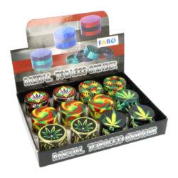 Drtič tabáku kovový Weed, 50mm, 4.díl.-Kovový drtič tabáku Weed. Čtyřdílná drtička se závitem, sítkem a zásobníkem na tabák je v černém pololesklém provedení s jemnou strukturou na povrchu. Drtič je zdobený barevný motivem konopného listu nejen na víčku, ale i po celém obvodu. Jednotlivé díly kovové drtičky na tabák jsou pevně spojené na závit, víčko je na magnet. Precizně broušené ostří nožů ve tvaru diamantu velmi jemně nadrtí vaši směs do požadované hrubosti. Cena uvedena za 1 ks. Před odesláním objednávky uveďte číslo barevného provedení do poznámky.  Průměr drtiče: 50 mm Výška drtiče: 37 mm