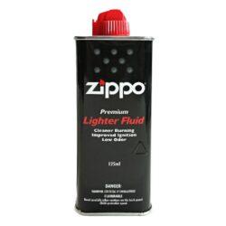 Benzín Zippo 3141 Fluid 125ml-Originální benzín do benzínových zapalovačů Zippo. Benzín Zippo 3141 Fluid je uměle vyrobený a tím pádem se nejedná o klasický derivát z ropy. Chemickým složením se vůbec nejedná o klasický benzín. Výhodou benzínu Zippo je daleko lepší zapalování, velmi čisté hoření, nízká úroveň zápachu a v neposlední řadě jeho šetrnost při styku s kůží. Benzín Zippo 3141 Fluid lze použít nejen do zapalovačů Zippo, ale samozřejmě také do benzínových zapalovačů jiné značky. Objem balení 125 ml.  Rozměry: 150 (s vyklopeným hrotem) x 53 x 28mm