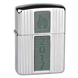Zapalovač Zippo Armor Case Annual Lighter 2017 Limited Edition, leštěný-Benzínový zapalovač Zippo Armor Case Annual Lighter 2017 LE se sériovým číslem 305 v limitované edici 750 kusů. Zapalovač Zippo s leštěným chromovým zvlněným povrchem. Na přední straně zapalovače je umístěná skleněné plaketa, zadní strana je zdobena gravírovaným logem. Zapalovač je dodávaný v originální dárkové krabičce s logem. Zapalovače Zippo nejsou při dodání naplněné benzínem. Originální příslušenství benzín Zippo, kamínky, knoty a vata do zapalovače Zippo, zajistí správné fungování benzínové zapalovače. Na mechanické závady zapalovače poskytuje Zippo doživotní záruku. Tuto záruku můžete uplatnit přímo u nás. Zapalovače jsou vyrobené v USA, Original Zippo® Bradford.