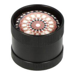 Drtič tabáku kovový mini 3D, 30mm-Kovový drtič tabáku. Třídílný drtič se závitem, sítkem a zásobníkem. Rozměry drtiče tabáku: průměr 30mm, výška 25mm. Cena je uvedena za 1 ks. Před odesláním objednávky uveďte číslo barevného provedení do poznámky.