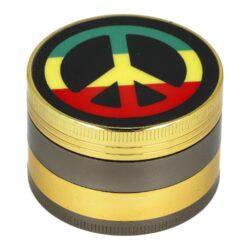 Drtič tabáku kovový Rasta, 50mm-Kvalitní kovový drtič tabáku WildFire Rasta. Čtyřdílná drtička se závitem, sítkem a zásobníkem na tabák je precizně vyrobena z jakostního materiálu CNC technologií. Jemně broušený povrch je v kombinovaném zlato hnědém provedení. Na horní straně najdeme atraktivní motiv Rasta. Víčko drtičky je magneticky uzavíratelné. Ostré zuby ve tvaru diamantu rychle nadrtí vaši směs do požadované kvality. Cena je uvedena za 1 ks. Před odesláním objednávky uveďte číslo barevného provedení do poznámky.  Rozměry drtiče:  Průměr: 50 mm Výška: 34 mm
