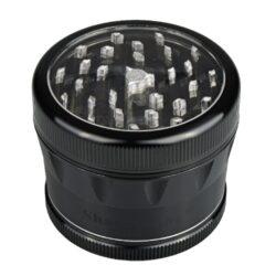 Drtič tabáku ALU Sharp Stone Black, 62mm-Značkový kovový drtič tabáku Sharp Stone. Kvalitní čtyřdílná drtička se závitem, sítkem a zásobníkem na tabák je vyrobena z kvalitního leteckého hliníku CNC technologií. Povrch je upraven eloxováním. Víčko drtičky s průhledovým okénkem je magneticky uzavíratelné. Diamantem broušené ostří nožů velmi jemně nadrtí vaší směs. Rozměry: průměr 62mm, výška 50mm. Drtič ja zabalen v látkovém sáčku.