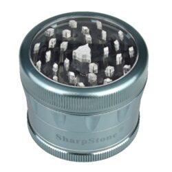 Drtič tabáku ALU Sharp Stone Blue, 62mm-Značkový kovový drtič tabáku Sharp Stone. Kvalitní čtyřdílná drtička se závitem, sítkem a zásobníkem na tabák je vyrobena z kvalitního leteckého hliníku CNC technologií. Povrch je upraven eloxováním. Víčko drtičky s průhledovým okénkem je magneticky uzavíratelné. Diamantem broušené ostří nožů velmi jemně nadrtí vaší směs. Rozměry: průměr 62mm, výška 50mm. Drtič ja zabalen v látkovém sáčku.