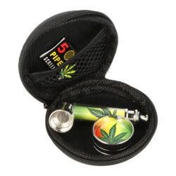Drtič se šlukovkou a sítky v pouzdře-Sada kovového drtiče tabáku se šlukovkou a sítky v pouzdře. Vše máte při sobě v praktickém pouzdře na zip - dvoudílný kovový drtič s ostrými hroty, kovovou šlukovku a sítka (5ks). Průměr malého drtiče je 3cm, výška 1,5cm, délka šlukovky 7cm, průměr sítka 2cm. Ideální jako dárek pro Vaše přátelé. Cena je uvedená za 1 ks. Před odesláním objednávky uveďte číslo barevného provedení do poznámky.