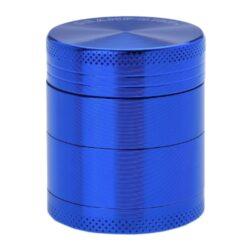 Drtič tabáku kovový Champ High ALU, 40mm, modrý-Kvalitní kovový drtič tabáku Champ High Alu. Atraktivní čtyřdílná drtička se závitem, sítkem a zásobníkem na tabák je precizně vyrobena z jakostního hliníku CNC technologií. Povrch je upraven eloxováním. Víčko drtičky je magneticky uzavíratelné. Ostré zuby ve tvaru diamantu rychle nadrtí vaši směs do požadované kvality. Rozměry: průměr 40mm, výška 47mm.