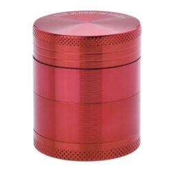 Drtič tabáku kovový Champ High ALU, 40mm, červený-Kvalitní kovový drtič tabáku Champ High Alu. Atraktivní čtyřdílná drtička se závitem, sítkem a zásobníkem na tabák je precizně vyrobena z jakostního hliníku CNC technologií. Povrch je upraven eloxováním. Víčko drtičky je magneticky uzavíratelné. Ostré zuby ve tvaru diamantu rychle nadrtí vaši směs do požadované kvality. Rozměry: průměr 40mm, výška 47mm.