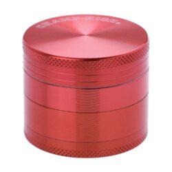 Drtič tabáku kovový Champ High ALU, 50mm, červený-Kvalitní kovový drtič tabáku Champ High Alu. Atraktivní čtyřdílná drtička se závitem, sítkem a zásobníkem na tabák je precizně vyrobena z jakostního hliníku CNC technologií. Povrch je upraven eloxováním. Víčko drtičky je magneticky uzavíratelné. Ostré zuby ve tvaru diamantu rychle nadrtí vaši směs do požadované kvality. Rozměry: průměr 50mm, výška 42mm.