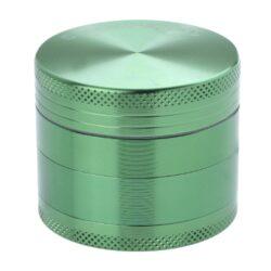 Drtič tabáku kovový Champ High ALU, 50mm, zelený-Kvalitní kovový drtič tabáku Champ High Alu. Atraktivní čtyřdílná drtička se závitem, sítkem a zásobníkem na tabák je precizně vyrobena z jakostního hliníku CNC technologií. Povrch je upraven eloxováním. Víčko drtičky je magneticky uzavíratelné. Ostré zuby ve tvaru diamantu rychle nadrtí vaši směs do požadované kvality. Rozměry: průměr 50mm, výška 42mm.