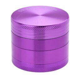 Drtič tabáku kovový Champ High ALU, 50mm, fialový-Kvalitní kovový drtič tabáku Champ High Alu. Atraktivní čtyřdílná drtička se závitem, sítkem a zásobníkem na tabák je precizně vyrobena z jakostního hliníku CNC technologií. Povrch je upraven eloxováním. Víčko drtičky je magneticky uzavíratelné. Ostré zuby ve tvaru diamantu rychle nadrtí vaši směs do požadované kvality. Rozměry: průměr 50mm, výška 42mm.