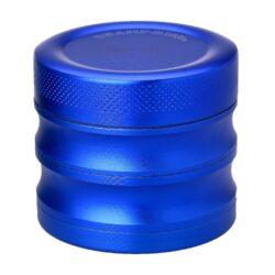 Drtič tabáku kovový Champ High ALU, 56mm, modrý, 4d.-Kvalitní kovový drtič tabáku Champ High Alu. Masivní čtyřdílná drtička se sítkem a zásobníkem na tabák je precizně vyrobena z jakostního hliníku CNC technologií. Povrch je upraven eloxováním. Všechny čtyři části drtičky jsou mezi sebou spojené magnetem. Ostré zuby ve tvaru diamantu velmi dobře nadrtí vaši směs do požadované kvality. Rozměry: průměr 56mm, výška 50mm.