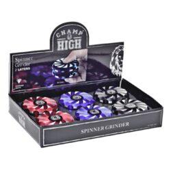 Drtič tabáku kovový Champ High Spinner, 63mm, 6mix-Dva v jednom - atraktivní kovový drtič tabáku Champ High a spinner. Kvalitní dvoudílná drtička se sítkem a zásobníkem na tabák je precizně vyrobena z jakostního hliníku CNC technologií. Povrch je upraven eloxováním. Víčko drtičky je magneticky uzavíratelné. Ostré zuby ve tvaru diamantu velmi dobře nadrtí vaši směs do požadované kvality. Rozměry: průměr 63mm, výška 26mm. Cena je uvedena za 1 kus.