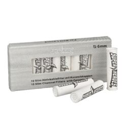 Cigaretové filtry Super Heroes Slim 6mm-Cigaretové slim filtry Super Heroes s aktivním uhlím a keramickým zakončením. Filtry snižují množství přijímaného dehtu, neovlivňují chuť a dopřejí vám suché a chladné kouření. Průměr filtru je 6mm, délka 26mm. Cena je uvedena za balení 10 ks filtrů.