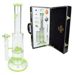 Bong sklo Grace Glass LE Set zelený 38cm, perkolace-Kvalitní skleněný bong s perkolací značky Grace Glass Limited Edition v setu s příslušenstvím. Precizně zpracovaný transparentní bong se světle zelenými prvky je dodáván v nerozbitném boxu s kódovacím zámkem. Díky přiloženému příslušenství je tento bong vhodný také pro Dabbing. Bong zdobený logem GG je vybavený perkolací typu Multi Dome a Slitted Inline ke zjemnění kouře. Oproti standardním bongům je tento prémiový bong vyrobený z tepelně odolného borosilikátového skla tloušťky 5 mm. Obsah setu: skleněný bong, kotlík, drtič, silikonové pouzdro, filtrační papírky a příslušenství pro Dabbing.  Výška: 38 cm Vnitřní průměr bongu: 2,9 cm(slabší část), 5 cm(silnější část) Průměr hrdla: 4,8 cm Socket chillumu: 18,8 mm Materiál: borosilikátové sklo Tloušťka skla: 5 mm