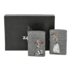 Zapalovač Zippo Day of Dead, matný-Zippo sada pro páry - benzínový zapalovač Zippo Day of Dead 60002305. Sada dvou zapalovačů Zippo s matným hladkým povrchem, které jsou dodávané v originální krabičce s logem. Zapalovače Zippo nejsou při dodání naplněné benzínem. Originální příslušenství benzín Zippo, kamínky, knoty a vata do zapalovače Zippo, zajistí správné fungování benzínové zapalovače. Na mechanické závady zapalovače poskytuje Zippo doživotní záruku. Tuto záruku můžete uplatnit přímo u nás. Zapalovače jsou vyrobené v USA, Original Zippo® Bradford.