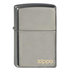Zapalovač Zippo Black Ice Logo, lesklý-Benzínový zapalovač Zippo Black Ice Logo 1440020. Zapalovač Zippo s lesklým hladkým povrchem v gunmetalovém zrcadlovém provedení je dodávaný v originální krabičce s logem. Zapalovače Zippo nejsou při dodání naplněné benzínem. Originální příslušenství benzín Zippo, kamínky, knoty a vata do zapalovače Zippo, zajistí správné fungování benzínové zapalovače. Na mechanické závady zapalovače poskytuje Zippo doživotní záruku. Tuto záruku můžete uplatnit přímo u nás. Zapalovače jsou vyrobené v USA, Original Zippo® Bradford.