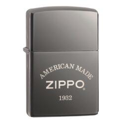 Zapalovač Zippo American Made, lesklý-Benzínový zapalovač Zippo American Made 60003897. Zapalovač Zippo s lesklým povrchem v gunmetalovém provedení je dodávaný v originální krabičce s logem. Zapalovače Zippo nejsou při dodání naplněné benzínem. Originální příslušenství benzín Zippo, kamínky, knoty a vata do zapalovače Zippo, zajistí správné fungování benzínové zapalovače. Na mechanické závady zapalovače poskytuje Zippo doživotní záruku. Tuto záruku můžete uplatnit přímo u nás. Zapalovače jsou vyrobené v USA, Original Zippo® Bradford.